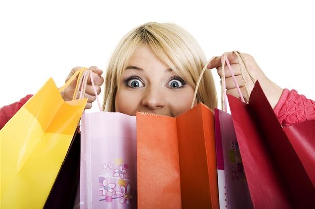 mulher-comprando-em-lojas